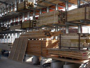 Holz im Baustofflager von John Wittmann